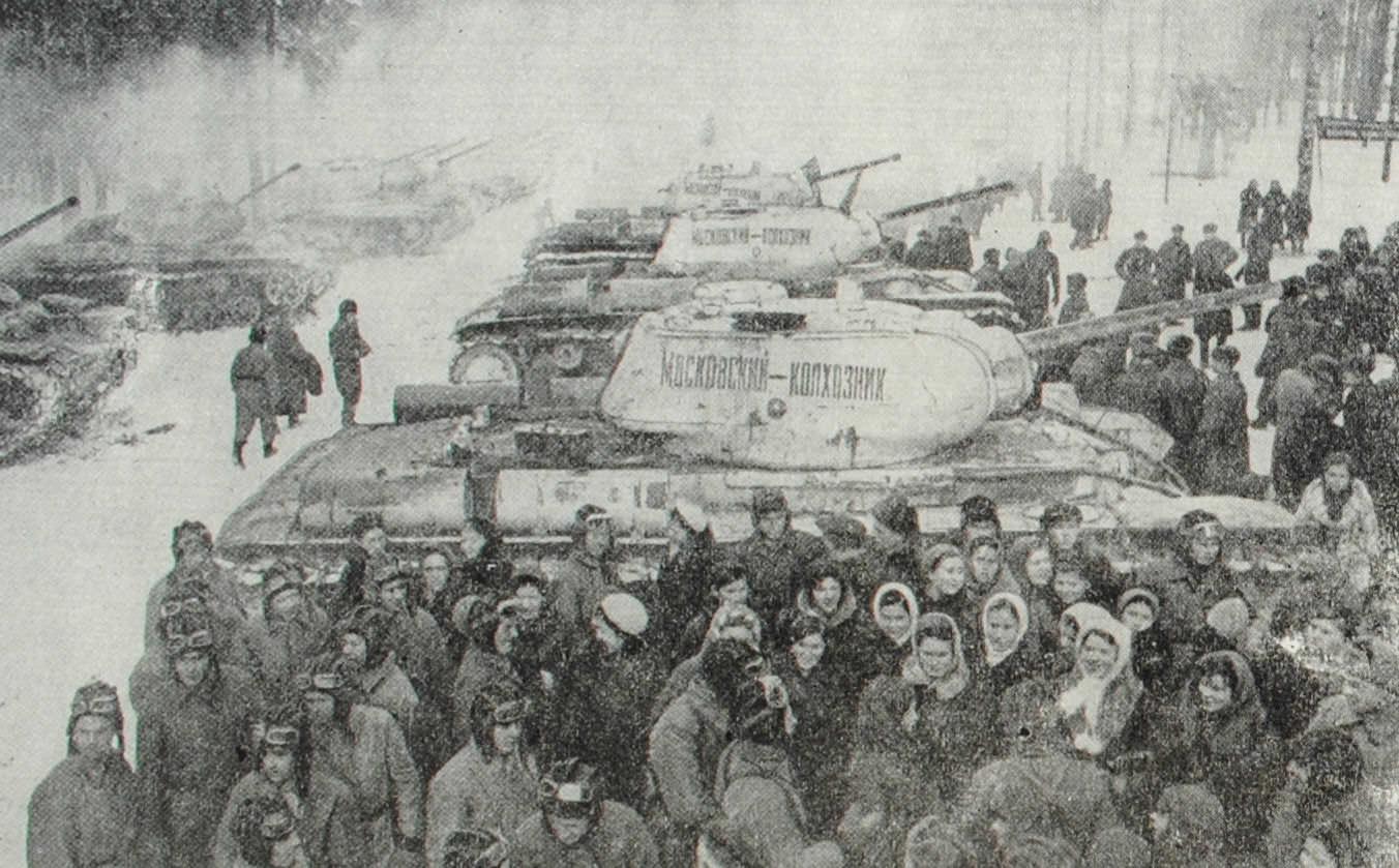 Делегация колхозников Московской области передает танкистам колонну танков. построенных на личные сбережения колхозников. Фотография. 1942 год.