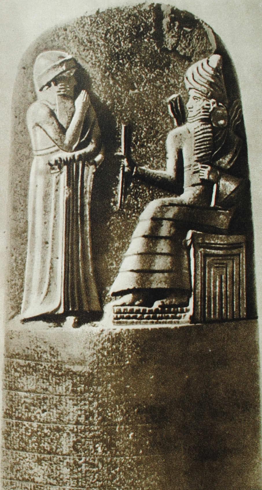 Верхняя чпсть столба с текстом законов вавилонского царя Хаммурапи. Найден в Сузах. XVIII в. до н.э. Базальт