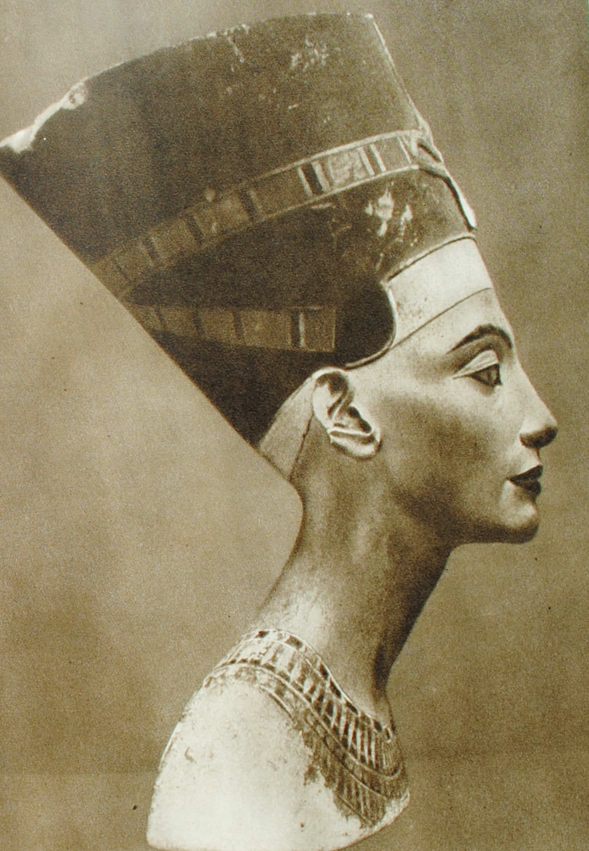 Скульптурный портрет царицы Нефертити. Египет. XVIII династия. Известняк.