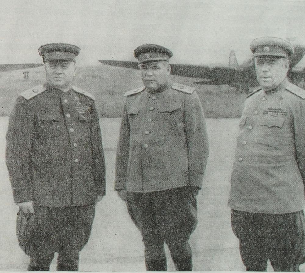 Маршалы Советского Союза К.А. Мерецков, Р.Я. Малиновский и А.М. Василевский. Дайрен. Фотография. Август 1945 года.
