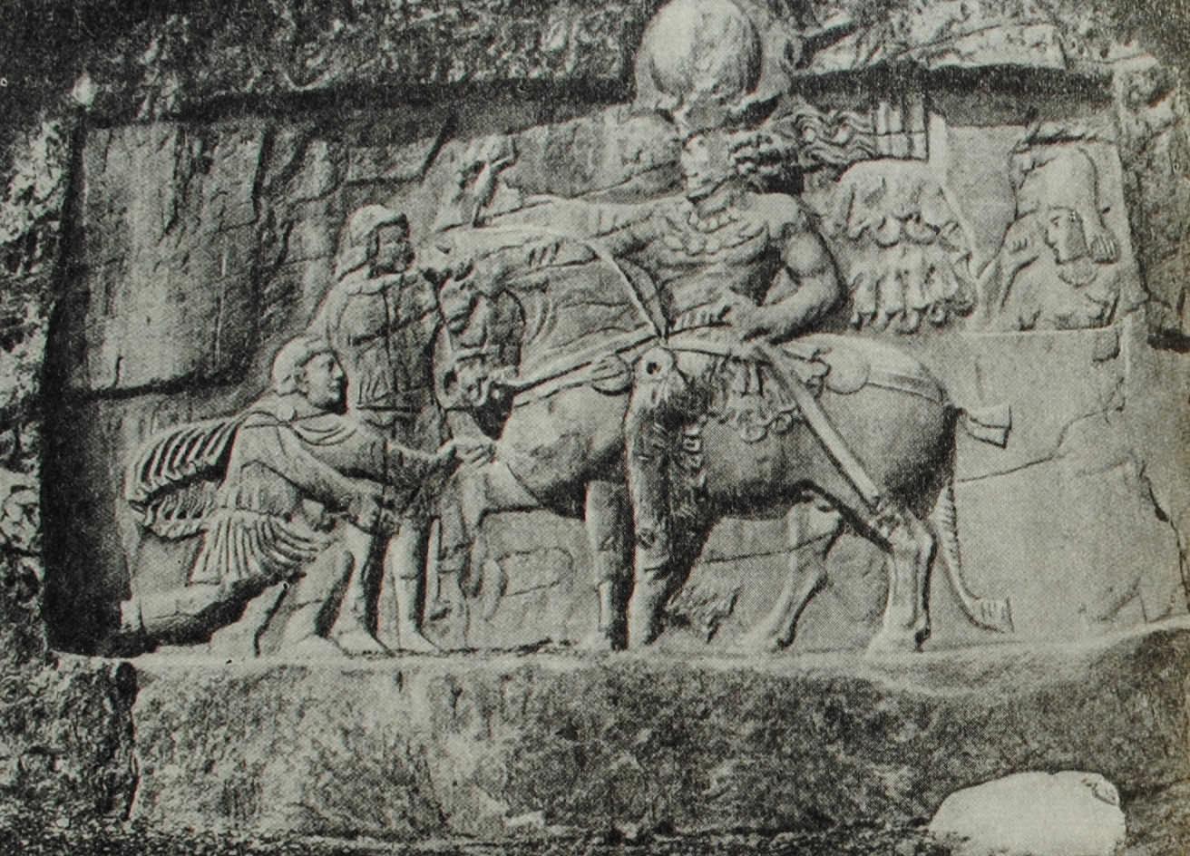 Император Валериан, побеждённый царём Шапуром I. Наскальный сасанидский рельеф в Накш-и-Реджебе, близ Персеполя. III в. н. э.