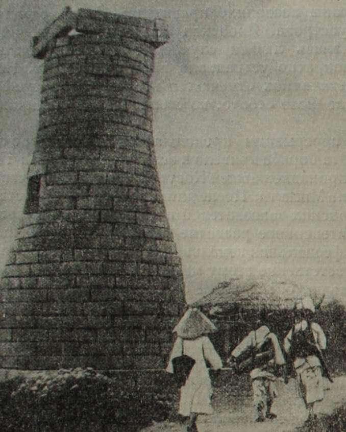 """""""Башня для наблюдения звезд"""" близ Кёнчжу (Корея). VII в. Гранит."""