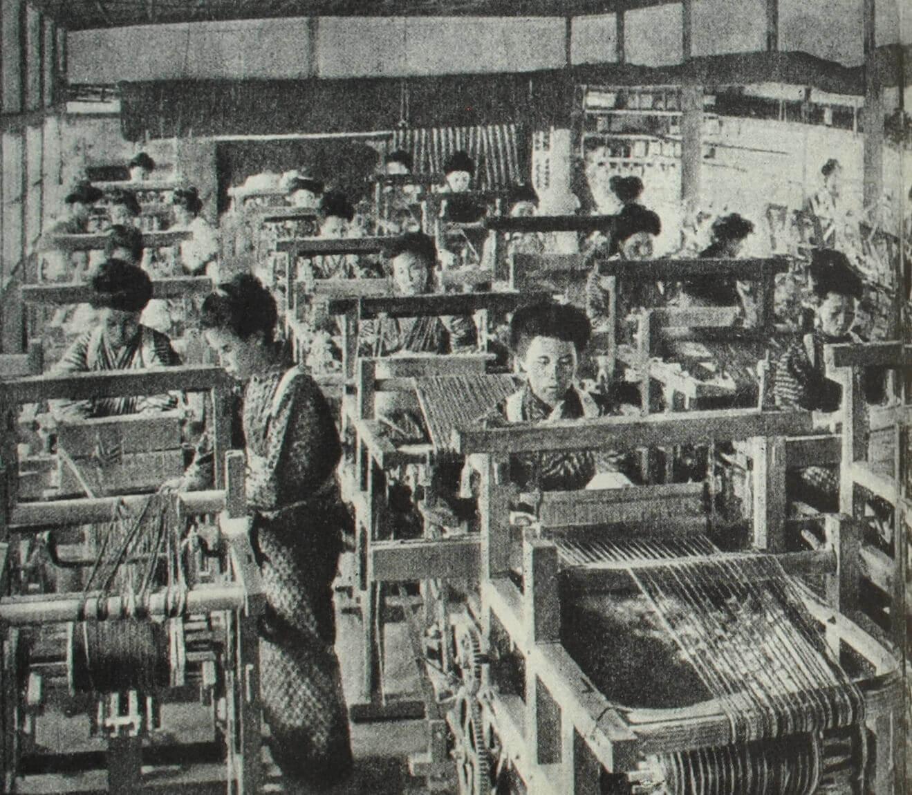 Ткацких цех на текстильной фабрике. Фотография. Начало XX в.