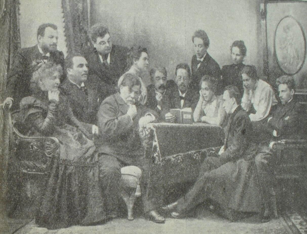 """А.П. Чехов читает """"Чайку"""" артистам Художественного театра. Фотография. 1898 г."""