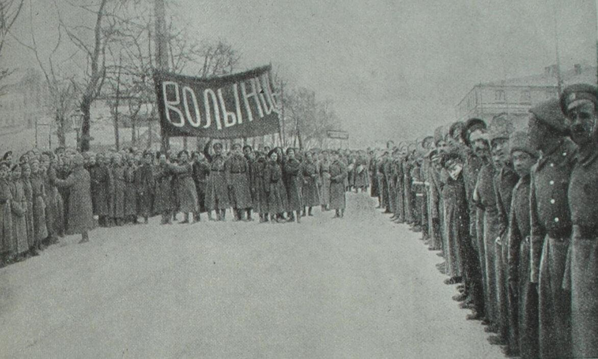 Волынский полк - один из первых полков, перешедших на сторону революции. Фотография. 1917 г.